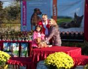 Участница конкурса Ражева Маша получает свой первый приз.